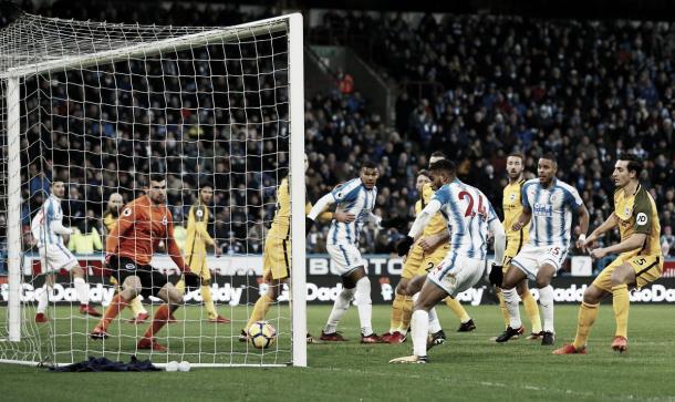 Mounié y el último toque para anotar el 1-0. Foto: twitter.com/PremierLeague