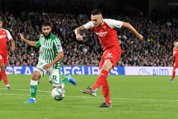 Lucas Ocampos metiendo el primer gol del último derbi sevillano. Foto: sevillafc.es