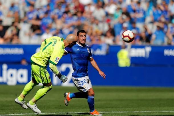 Domínguez Cervantes señaló gol tras esta acción en la que Joselu Moreno supera a José Juan para subir el 1-1 al marcador. | Imagen: Real Oviedo