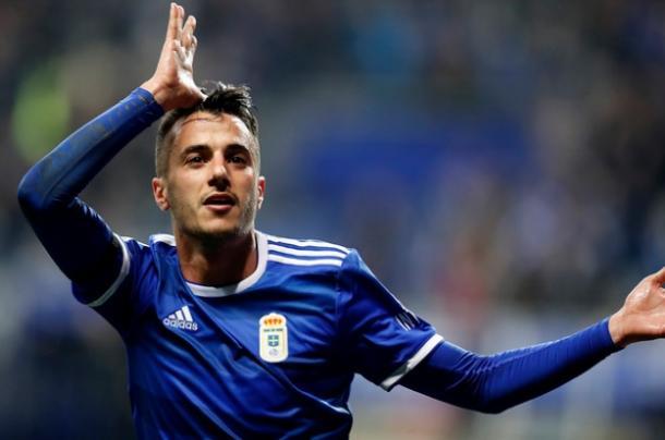 El goleador de anoche, Sergio Tejera, celebra el gol con su habitual gesto.   Imagen: Real Oviedo
