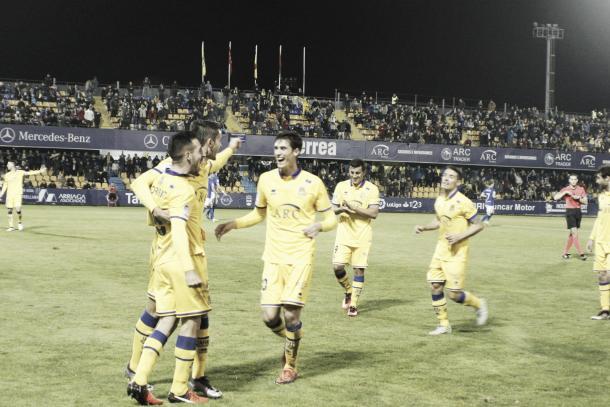 Los jugadores del Alcorcón celebran el gol de Toribio | Foto: Manu Gutiérrez (VAVEL)