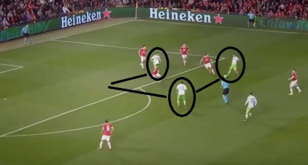 Caligiuri aprovechándose de la incorporación de Träsch y el espacio en la zaga para marcar el 0-1