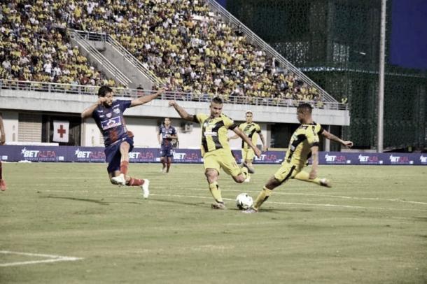 Imagen previa al disparo de gol | Foto: @APetrolera en Twitter.