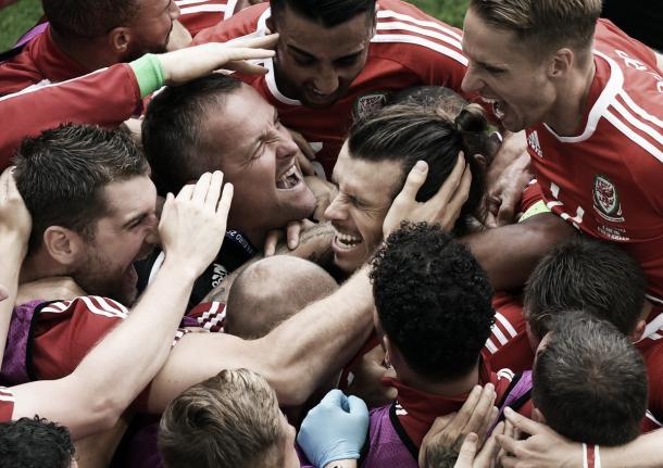 Gareth Bale celebra el primer gol de su equipo ante Eslovaquia. Foto: Uefa.com