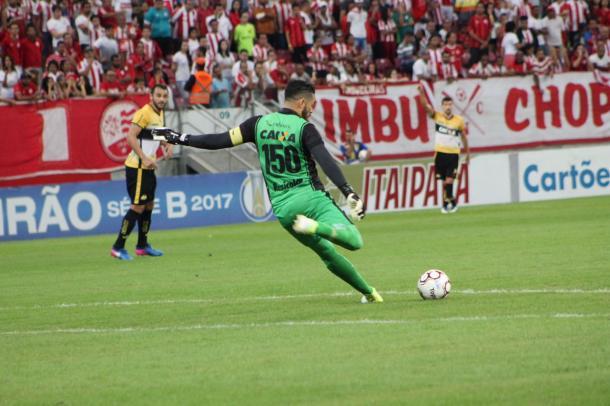 Goleiro Luiz brilha e garante vitória do Tigre fora de casa (Foto: Léo Lemos/Náutico)