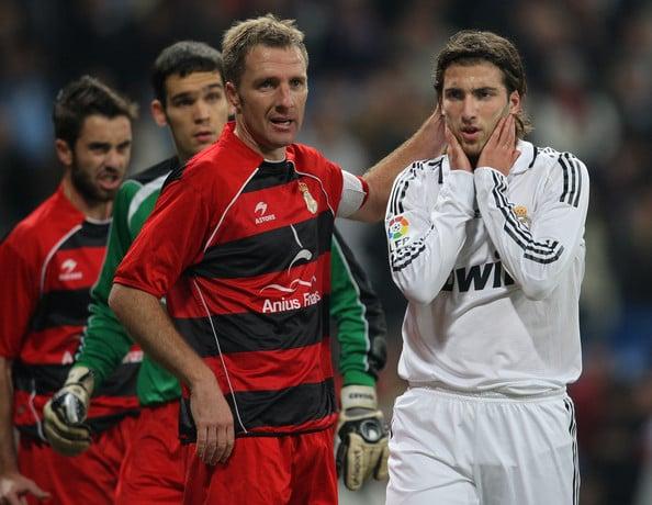 Berruet a la izquierda defendiendo a Higuaín en Copa del Rey // Foto de zimbio.com