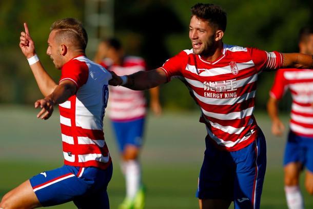 Jean Carlos coge a Morillo para celebrar el gol | Foto: Pepe Villoslada