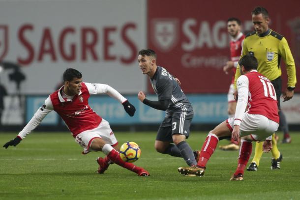 Grimaldo supera a dos rivales | Foto: SL Benfica