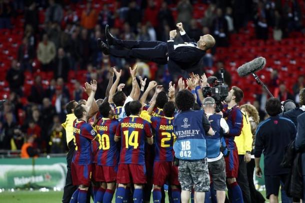 Guardiola, mantenido por los jugadores del Barcelona tras ganar la Champions | Foto: FC Barcelona