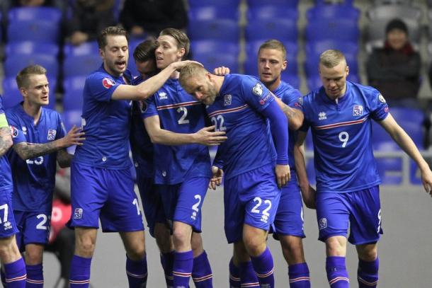 Eidur Gudjohnsen est félicité après son but face au Kazakhstan (Source: gettyimages)