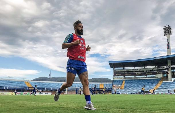 Maior contratação do time, Douglas só atuou em uma partida por enquanto pelo Avaí (Foto: Leandro Boeira/Avaí FC)