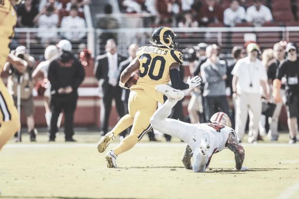 Todd Gurley sin duda es el jugador del momento. Endosó 3 TDs a los 49ers y bate el récord en siete partidos con 14 anotaciones | Foto: Rams.com