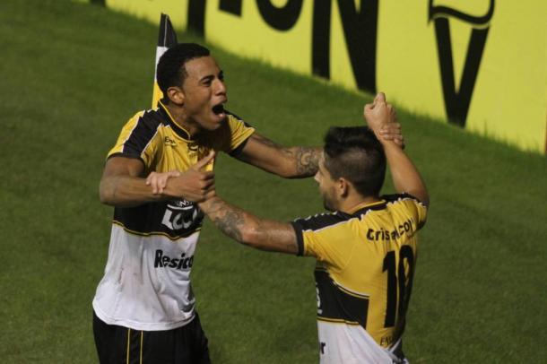 Gustavo (esq.) comemora com Élvis o gol da vitória do Tigre (Foto: Divulgação/Criciúma EC)