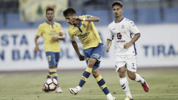 Hélder Lopes controla el esférico en partido de Copa Mahou contra el Tenerife | Fotografía: UD Las Palmas