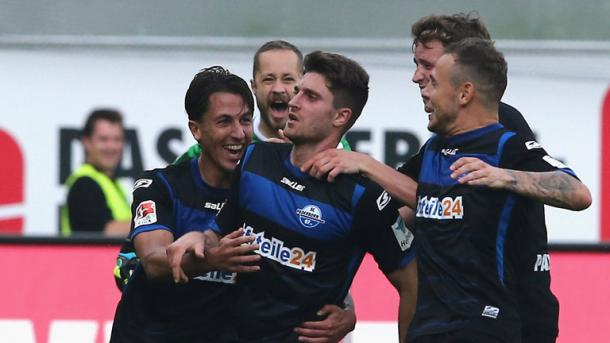 Stoppelkamp and his team-mates join in the celebrations after his 80m stunner against Hannover. | Image source: Sky Sports