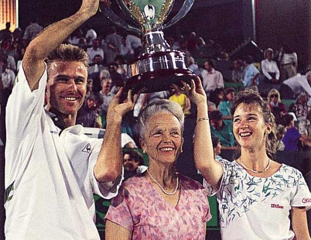 Maleeva (right) and teammate Jakob Hlasek (left) with Lucy Hopman after scoring the maiden Hopman Cup title for Switzerland in 1992. Photo: Hopman Cup