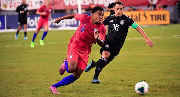 Weston McKennie disputando el balón con Andrés Guardado | Foto: U.S.Soccer.