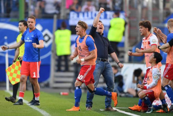 Técnico Christian Titz e jogadores comemoraram muito a vitória no Volkspark (Foto: Bongarts/Stuart Franklin/Getty Images)