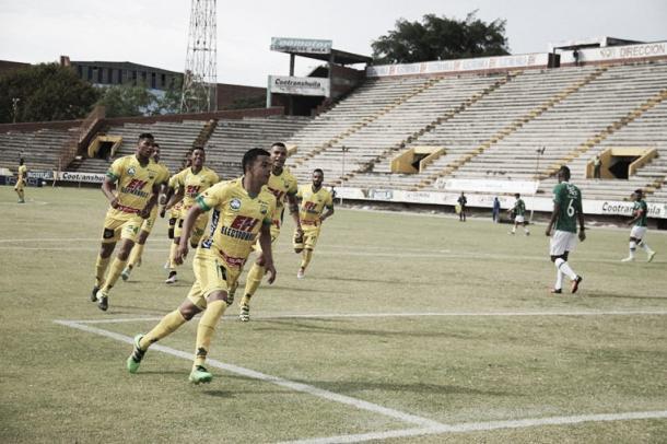 Algunos de los jugadores celebrando el triunfo frente a Deportivo Cali | Foto: @AtleticoHuilaof