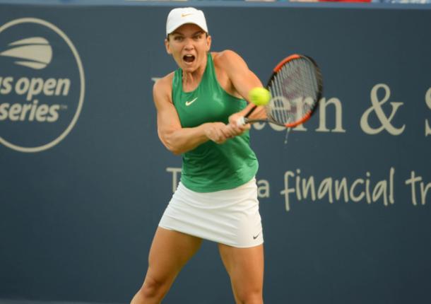 Simona Halep smacks a backhand during the semifinal win. Photo: Noel Alberto/VAVEL USA