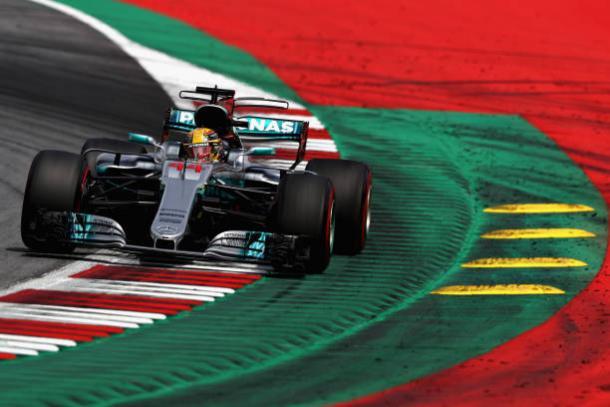 Hamilton recuperou parte do prejuízo da classificação, mas não conseguiu nem chegar ao pódio (Foto: Lars Baron/Getty Images)