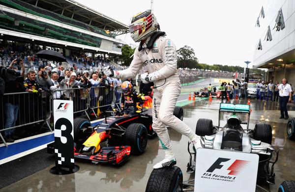 Hamilton comemorou muito o triunfo que o manteve vivo no campeonato (Foto: Mark Thompson/Getty Images)