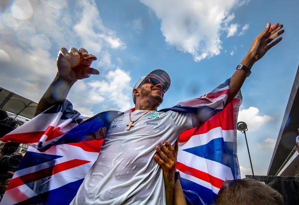 Lewis Hamilton celebrando su cuarto título mundial junto a los aficionados. Foto: Clive Rose/Getty Images