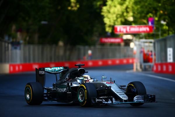 Hamilton e Rosberg tiveram o mesmo problema, mas o inglês foi quem mais sofreu (Foto: Dan Istitene/Getty Images)
