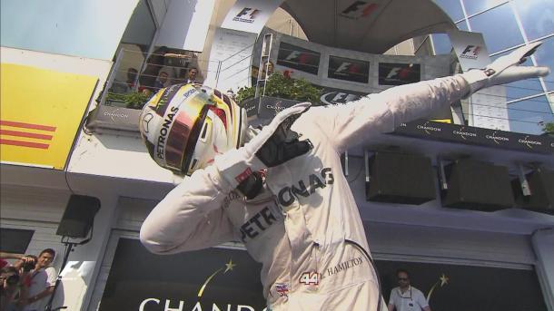 Lewis Hamilton festeja muito a liderança do campeonato (Foto: Divulgação/F1)