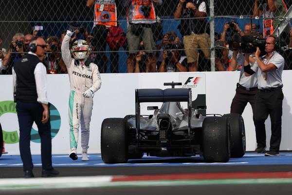 Hamilton vibrou bastante com seu primeiro triunfo no México (Foto: Clive Mason/Getty Images)