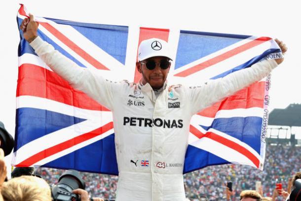 Com a bandeira do Reino Unido, ele comemorou bastante o tetra (Foto: Mark Thompson/Getty Images)