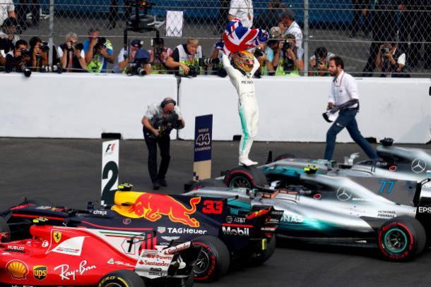 Hamilton celebrou bastante diante dos fãs (Foto: Clive Rose/Getty Images)