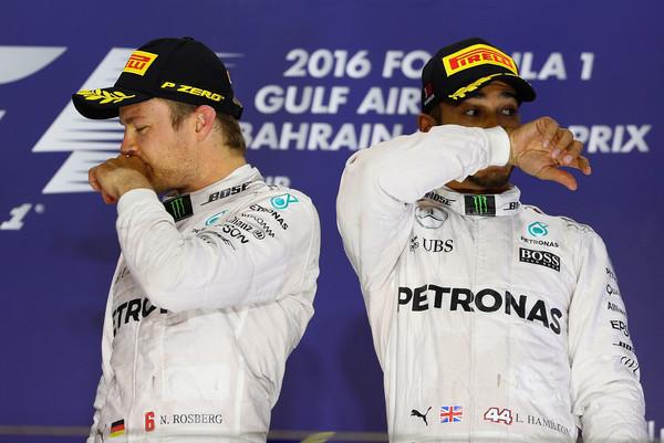 Lados opostos, mas na mesma equipe; Hamilton (dir.) e Rosberg (esq.) seguem na Mercedes (Foto: Clive Mason/Getty Images)