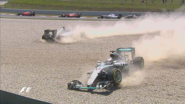 Rosberg (esq.) e Hamilton (dir.) abandonaram na largada (Foto: Divulgação/F1)