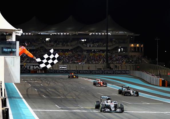 Com a estratégia de Hamilton, os quatro primeiros chegaram colados (Foto: Clive Mason/Getty Images)