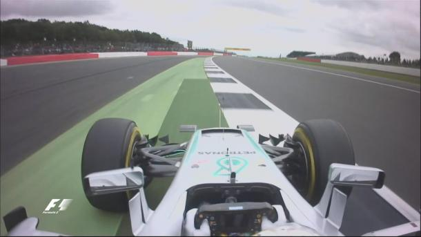 Hamilton foi punido por exceder os limites de pista na curva nove em sua primeira volta (Foto: Divulgação/F1)