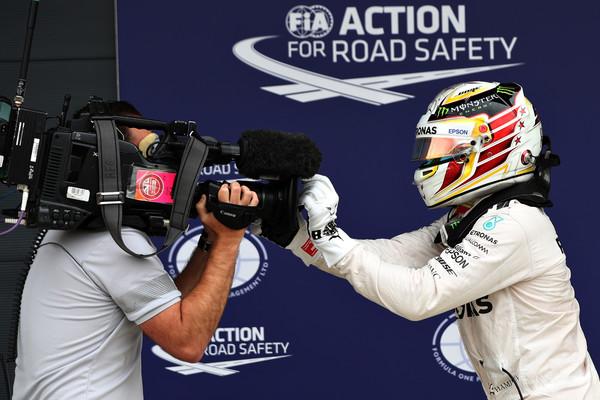 Hamilton comemorou muito a quinta pole da carreira em casa (Foto: Mark Thompson/Getty Images)