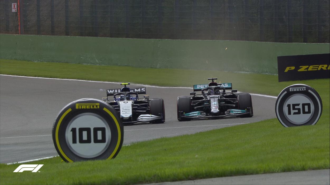 Hamilton topandose con un Williams viendo arruinada la vuelta. (Fuente: F1)