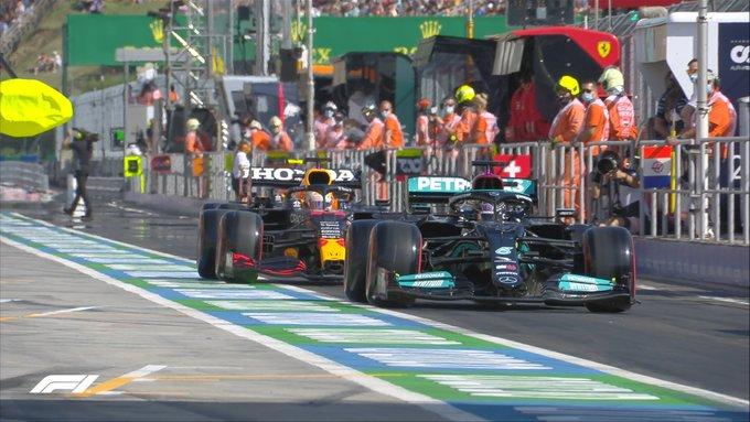 Hamilton realentizando a Verstappen en la calle de boxes. (<b><a  data-cke-saved-href='https://vavel.com/es/motor/2021/05/01/formula1/1069625-pole-de-bottas-por-milesimas-en-portimao.html' href='https://vavel.com/es/motor/2021/05/01/formula1/1069625-pole-de-bottas-por-milesimas-en-portimao.html'>Fuente: Twitter</a></b> @F1)