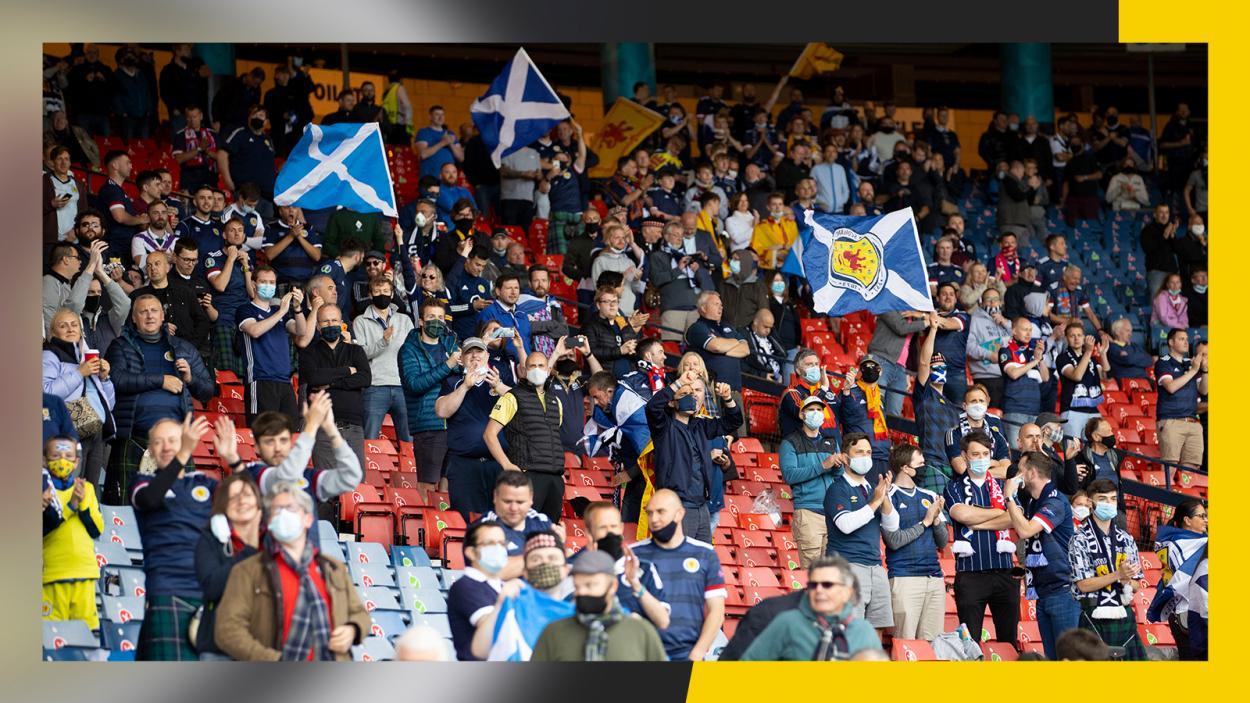 La afición escocesa aplaude a su selección   Imagen: @ScotlandNT