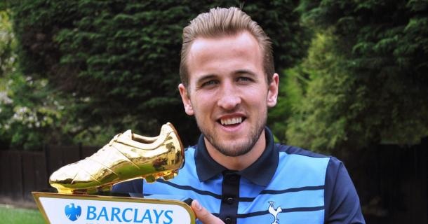 Harry Kane holds aloft his golden boot award | Photo: Getty