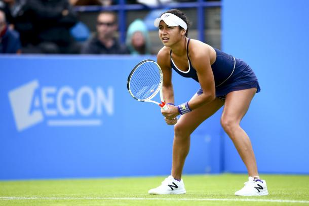 Heather Watson getting ready to return serve. | Photo: Jordan Mansfield/Getty Images