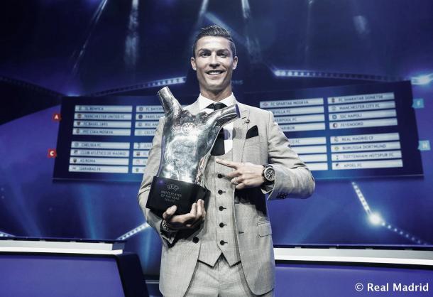 Cristiano junto su nuevo premio: Mejor Jugador de Champions 2016/2017 | Foto: Helios de La Rubia (Real Madrid C.F.)