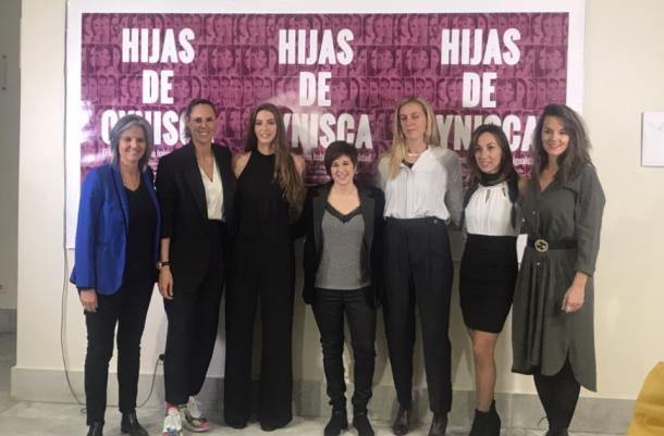 La directora de la película (centro) junto a algunas de las protagonistas de la película en el Cine Paz de Madrid