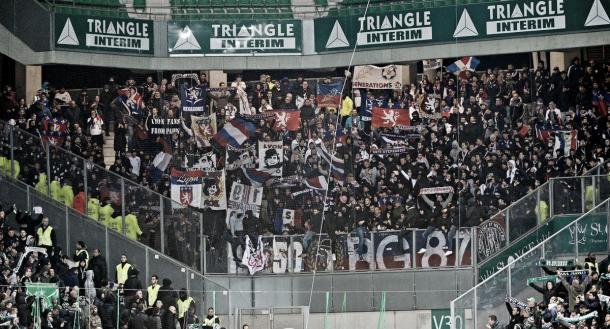 Los aficionados de Lyon llegaron a Geoffroy-Guichard. Foto: twitter.com/OL