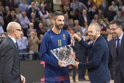 Juan Carlos Navarro recibe una plaza conmemorativa de los 20 años de 'La Bomba' en el Palau Blaugrana | Foto: ACB Photo