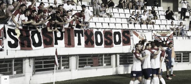Los jugadores de Hospitalet celebran un tanto frente a su gente. Foto: CE Hospitalet