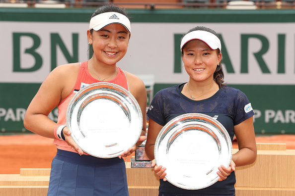 A dupla japonesa celebra com seu troféu de vice. (Foto: Matthew Stockman/Getty Images)