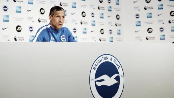 Hughton en rueda de prensa. Foto: Brighton.