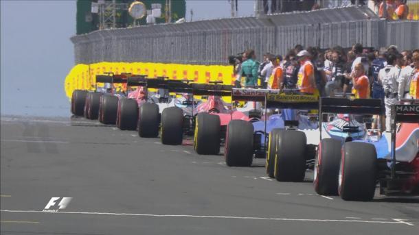 Os pilotos alinhados no grid (Foto: Divulgação/F1)